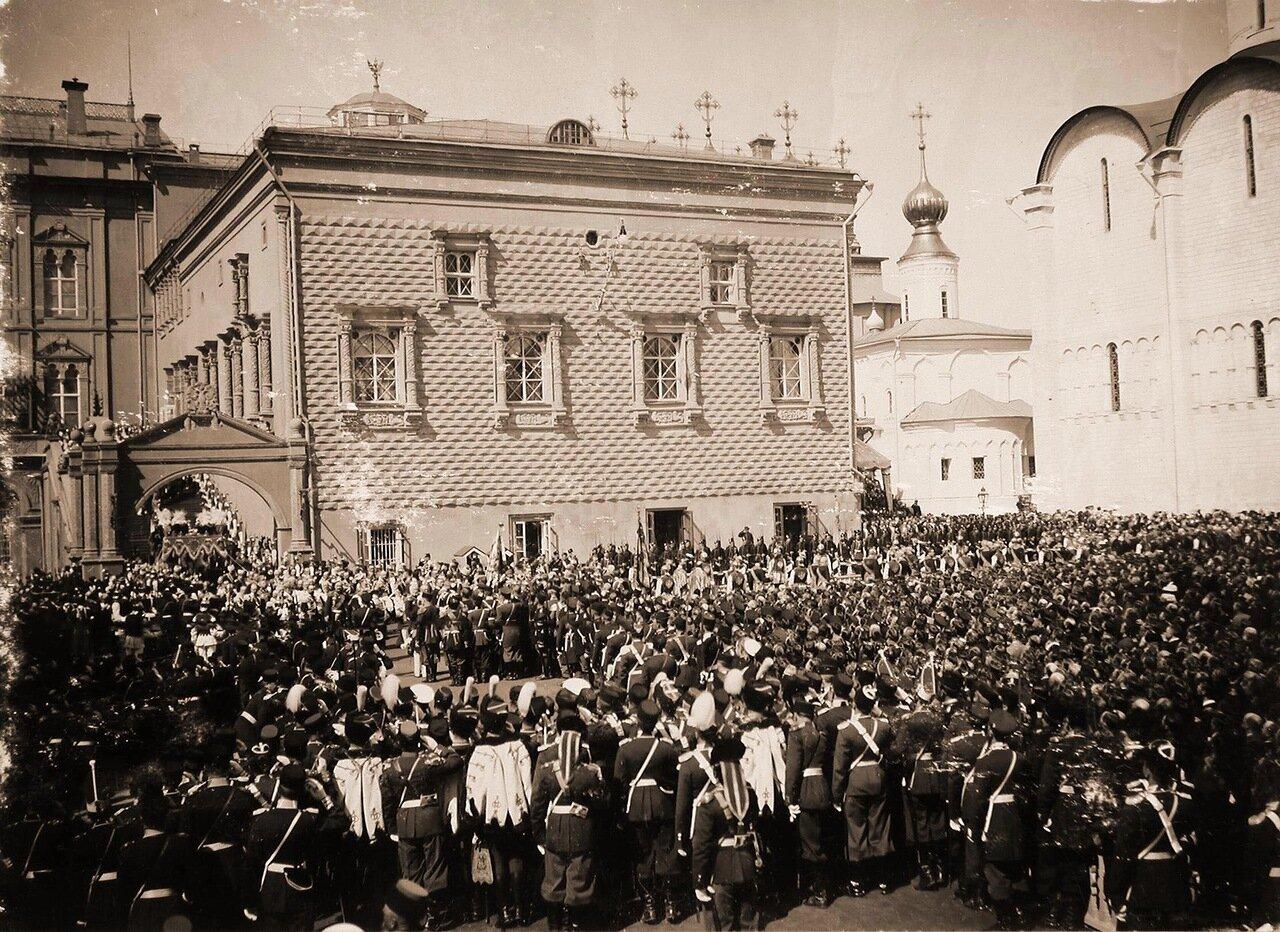 Зрители и военные - нижние чины шефских частей - на Соборной площади Кремля наблюдают шествие их императорских величеств под балдахином в сопровождении свиты от Красного крыльца Грановитой палаты к Успенскому собору