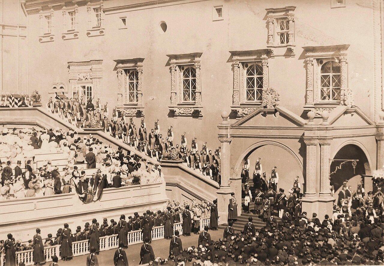 Министры, камергеры Двора его императорского величества спускаются по ступеням Красного крыльца Грановитой палаты в день торжественной коронации