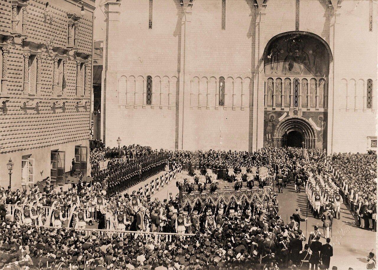 Торжественное шествие их императорских величеств под балдахином в сопровождении свиты от Красного крыльца Грановитой палаты к южным дверям Успенского собора в день коронации