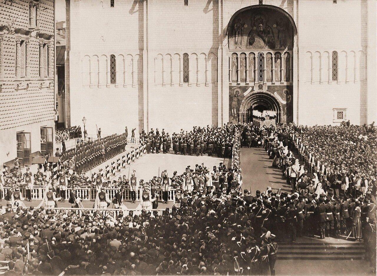 Члены иностранных делегаций, приглашенные на торжества коронации, направляются вслед за вдовствующей императрицей Марией Федоровной, шествующей под балдахином, в Успенский собор