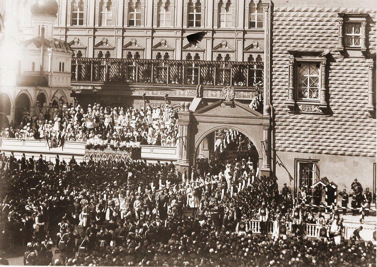 Члены иностранных делегаций, приглашенные на торжества коронации, направляются от Красного крыльца Грановитой палаты к Успенскому собору