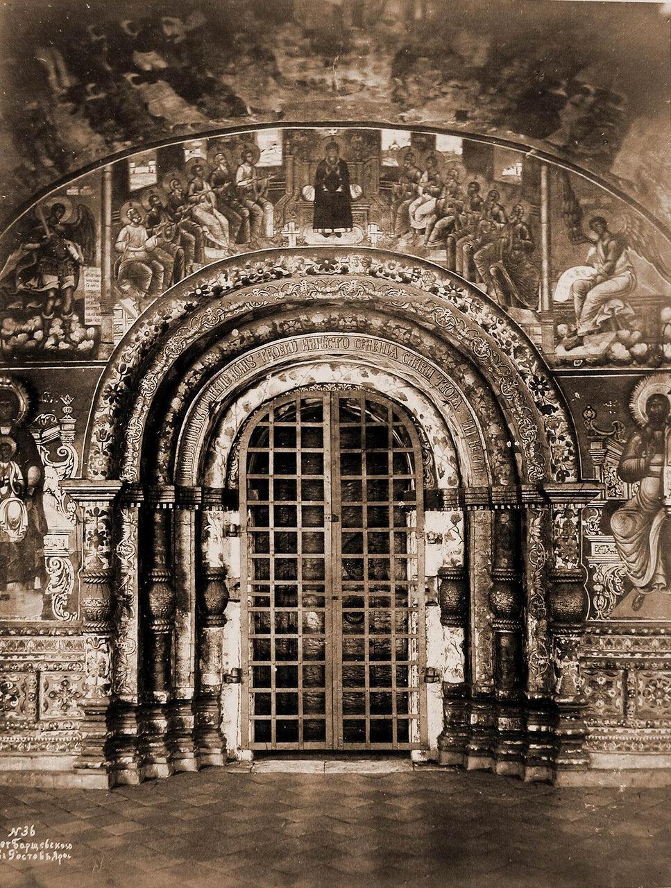 Вид западной двери с наличником в церкви Ильи Пророка