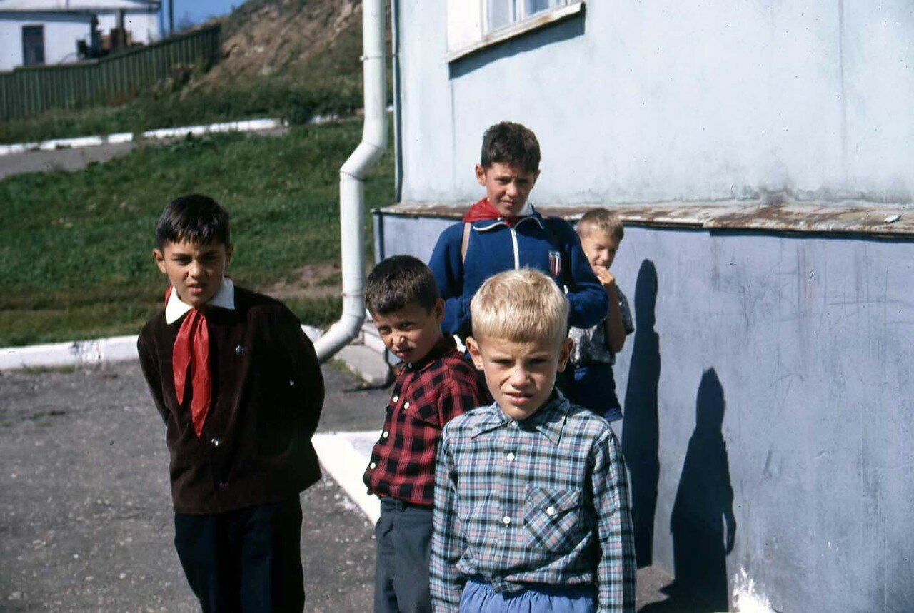 18. Листвянка. Сибирские подростки - те, кто носит красные галстуки принадлежат к группе молодых коммунистов