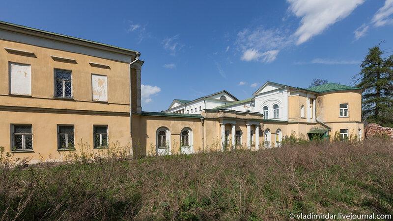 Восточная часть комплекса усадьбы Ивановское. Справа - домовая церковь.
