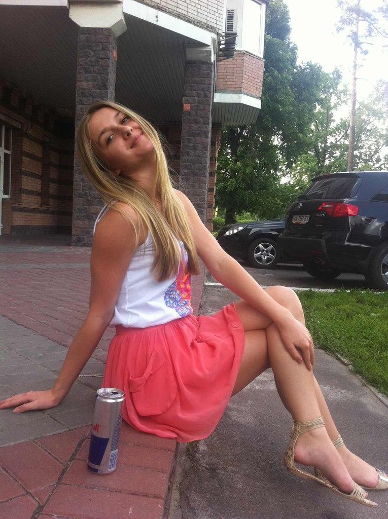 Блондинка с милой улыбкой возле ресторана
