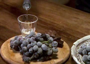 Сервировать гроздь винограда с шоколадом