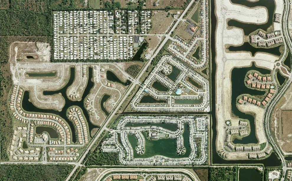23. Серия жилых построек в разной стадии завершения вдоль шоссе на юге Неаполя, штат Флорида. (© Goo