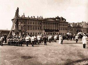 Император Николай II подъезжает к учебной башне детей-пожарных во время военно-спортивного праздника на Марсовом поле. 1912 г.