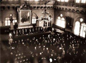 Торжественный акт в зале Петроградской городской думы в день открытия сбора Пожарные - солдатам. 1915 г.