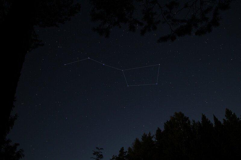 Звёздное небо с выделенным ковшом Большой медведицы в окне из листвы img_7561_lines
