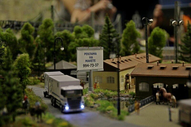 Гранд макет: рекламный щит и грузовик на дороге рядом с конным клубом
