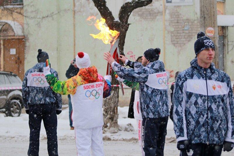 Эстафета олимпийского огня в Кирове: передача огня