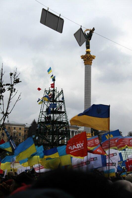 Флаги на главной ёлке Киева