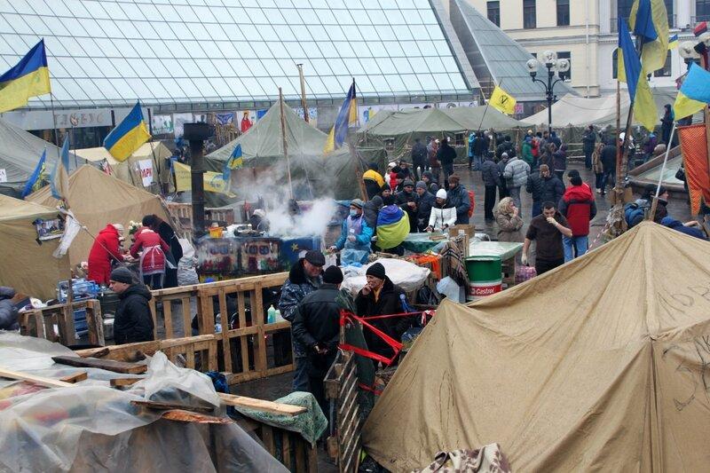 Лагерь под стелой Независимости