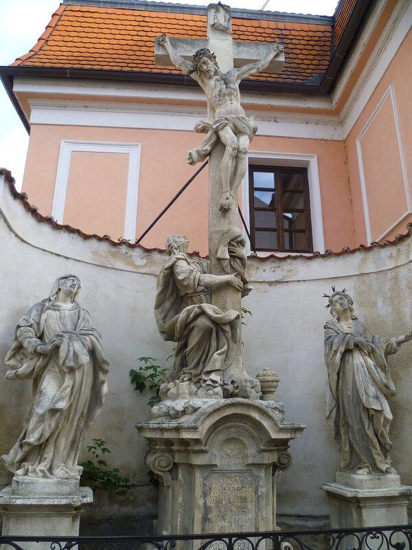 Чехия, Ческе-Будеёвице - скульптуры во дворе церкви (Czech Republic, Ceske Budejovice - sculpture in the church yard)