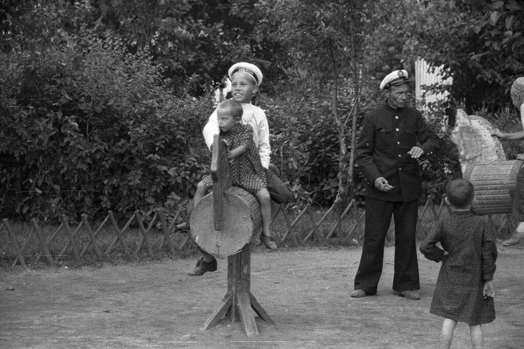 1939 год. Фото Харрисон Форман. Детский городок в Парке Горького.jpg