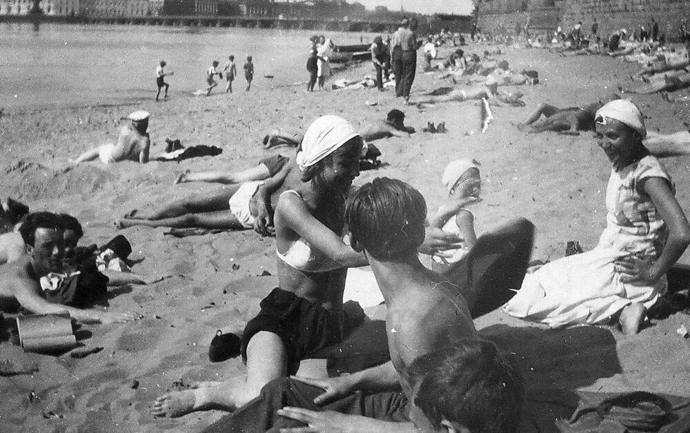 Ленинград. Пляж у Петропавловки. 1933 г.