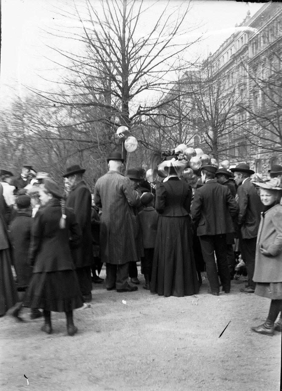 Продажа воздушных шаров в парке Эспланада. 1900