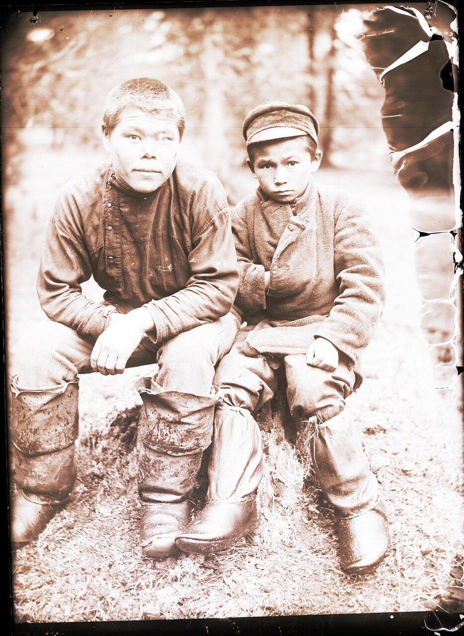 1912. Село Ларьяк. Молодые остяки