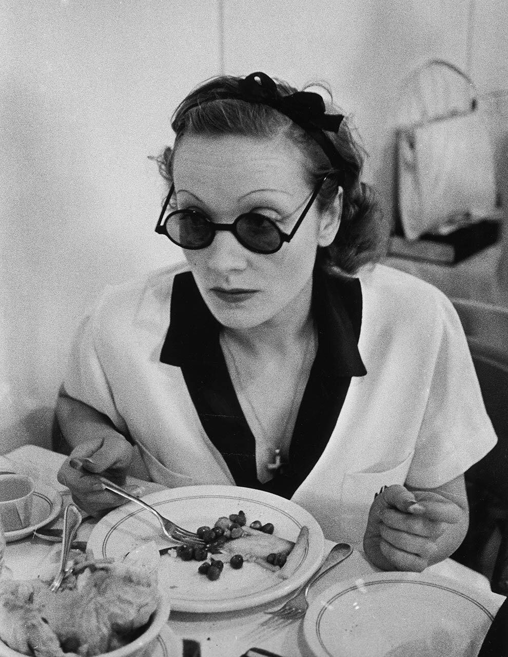 1938. Марлен Дитрих обедает на студии Парамаунт