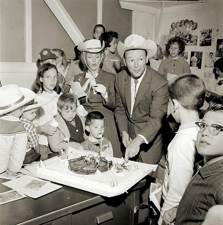 1960. Рой Роджерс и Дэйл Эванс празднуют день рождения ребенка