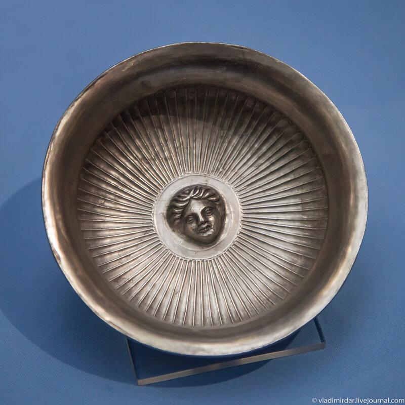 Серебряная фиала с эмблемой Аполлона