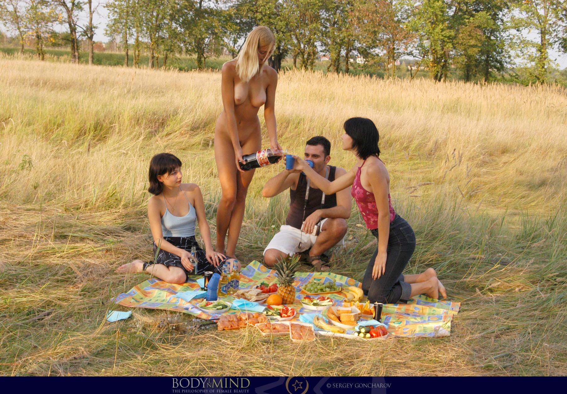 ваня стоял девушки устроили голый пикник на природе видео был против