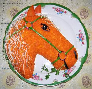 Салат в форме лошади, украшем морковкой и спагетти
