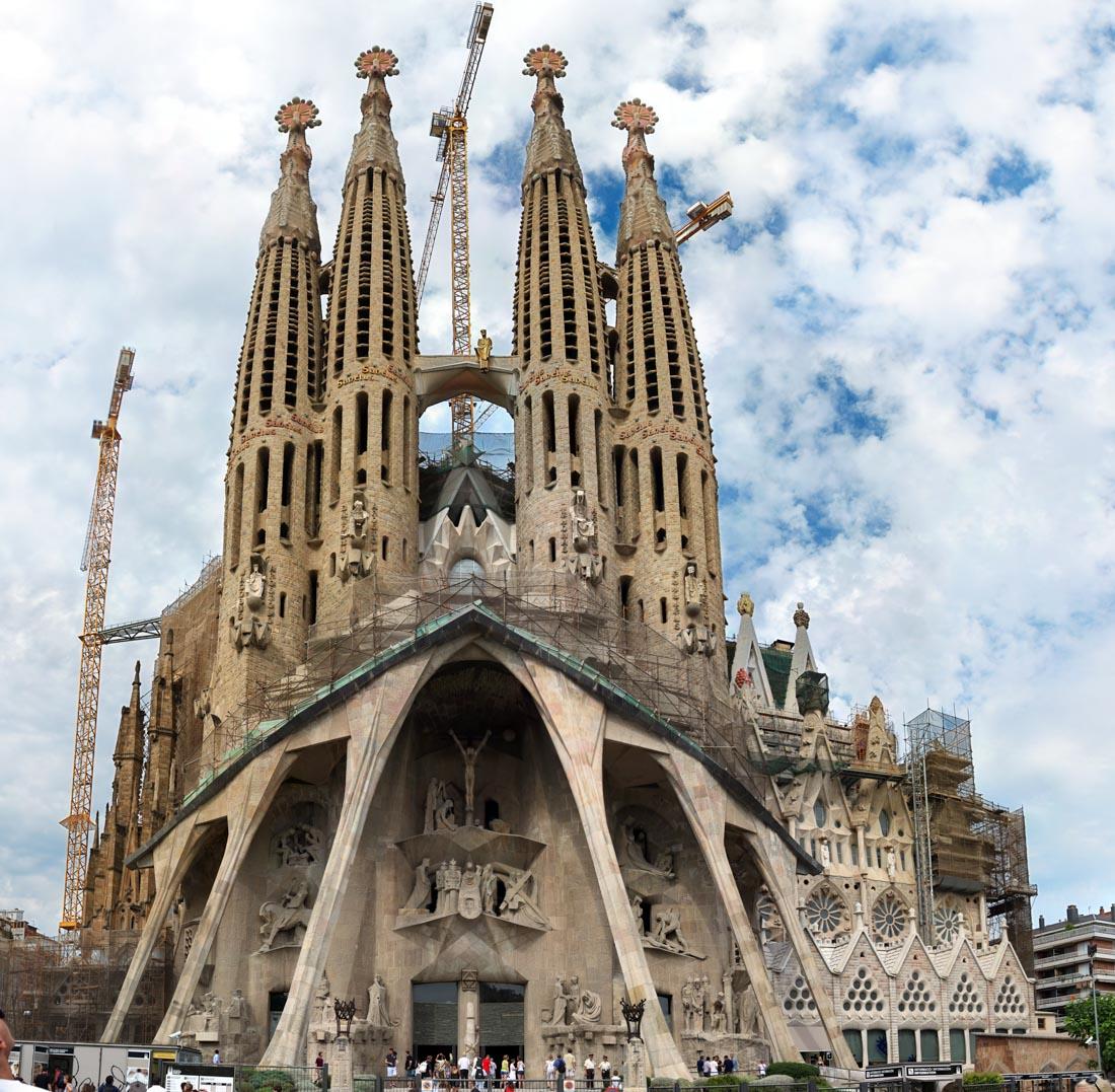 Храм Святого Семейства (Барселона) — церковь высотой 170 метров, строящаяся на частные пожертвования