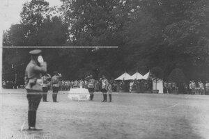 Император Николай II   пьет чарку за здоровье полка на параде в присутствии цесаревича Алексея.