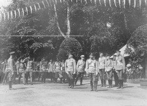 Император Николай II  и сопровождающие его лица на торжественном открытии памятника шефу полка , великому князю Михаилу Николаевичу .