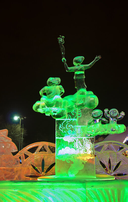 Фото 3. Камера Nikon D5100. Объектив nikon 17-55/2.8. Ледовый городок в Екатеринбурге. Американские космонавты предчувствуют поражение своей команды в Сочи-2014... :) Наши веселятся...