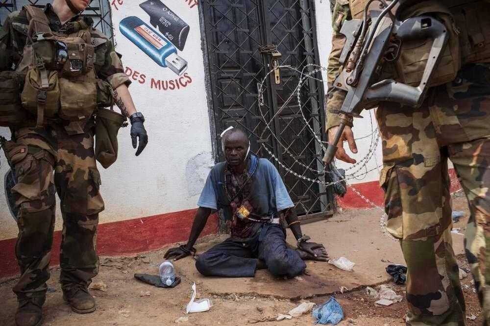 Бывший член мусульманской военизированной группировки Seleka, который был изувечен его преследователями-христианами несколькими ударами ножа-мачете, находится под защитой только что подоспевших французских солдат
