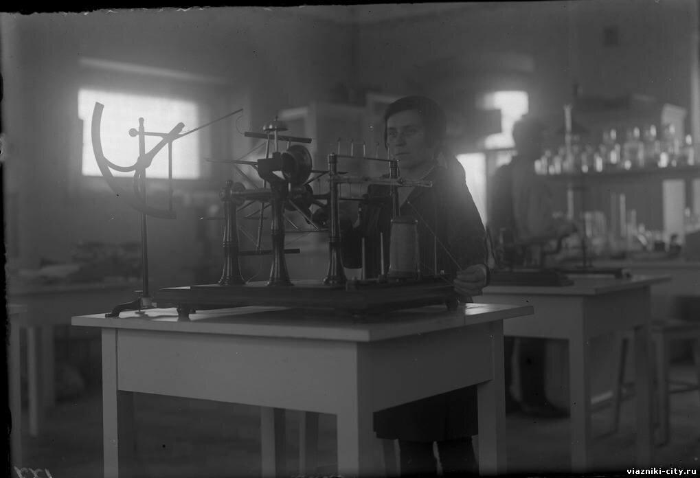 В лаборатории льнотреста. 1931