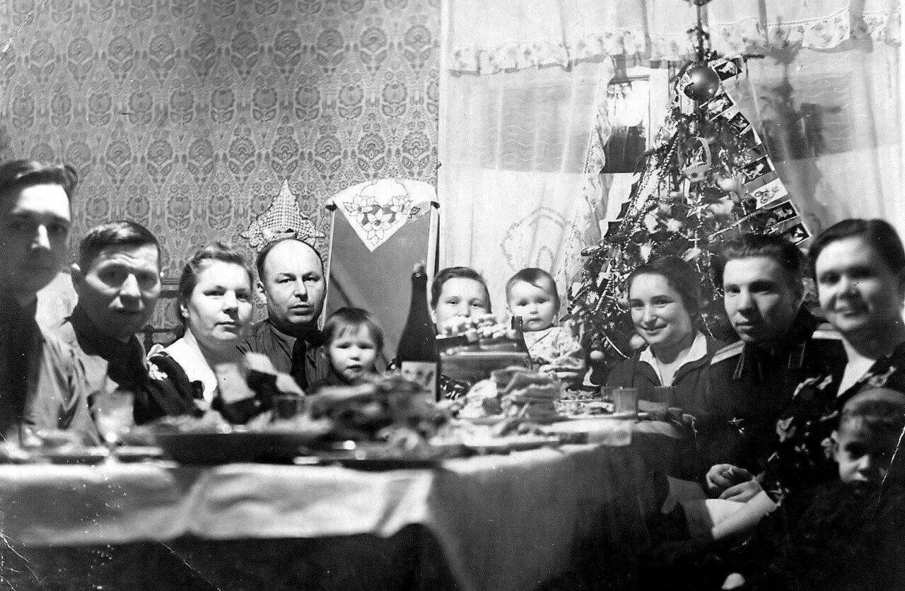 Семьи офицеров авиабазы встречают Новый 1956 год в п.Мурмаши. Мурманская обл