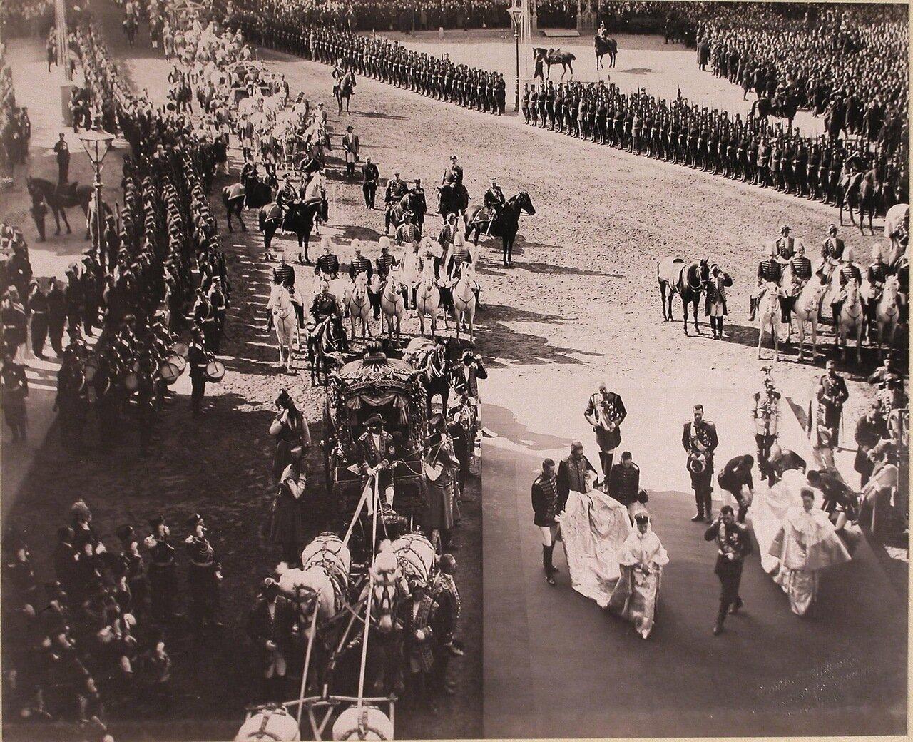 Император Николай II, императрицы Александра Федоровна и Мария Федоровна направляются к часовне Иверской Божией Матери во время остановки на Воскресенской площади; за Николаем II - великий князь Сергей Александрович