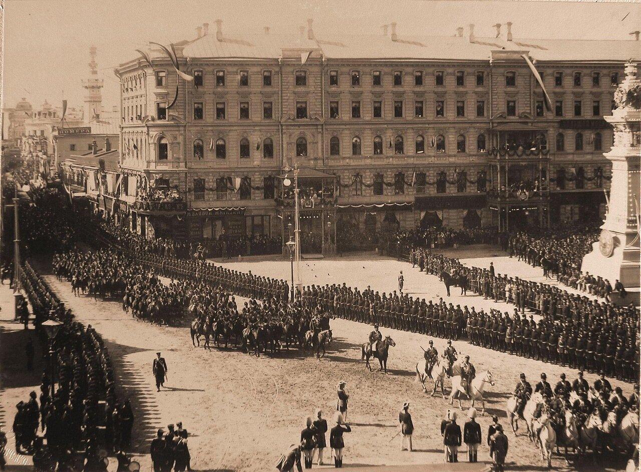 Прохождение войск по Воскресенской площади в день торжественного въезда императора Николая II и императрицы Александры Федоровны  в Москву