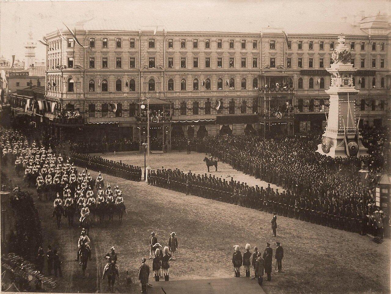 Прохождение конных полков по Воскресенской площади в день торжественного въезда императора Николая II и императрицы Александры Фёдоровны в Москву