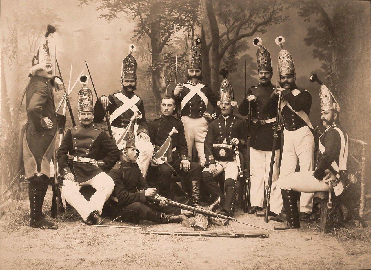 Группа военных в исторических формах лейб-гвардии Павловского полка образца 1798-1882 гг.