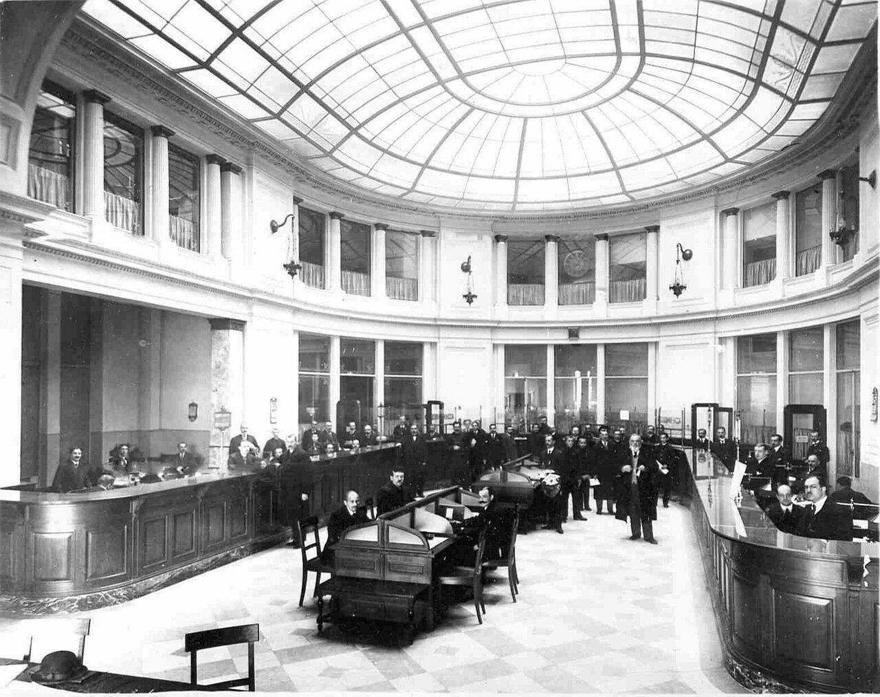 08. Операционный зал в часы работы. Сбор в пользу войны. 1914