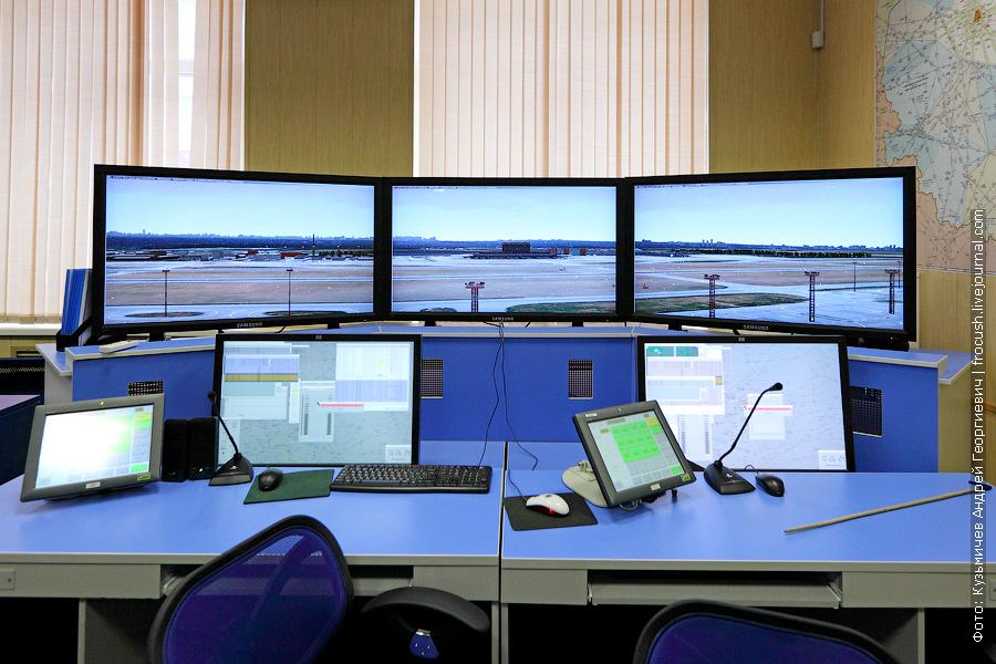 В процессе обучения диспетчеров управления воздушного движения моделируют различные ситуации: плотный трафик движения, различные отказы систем самолетов