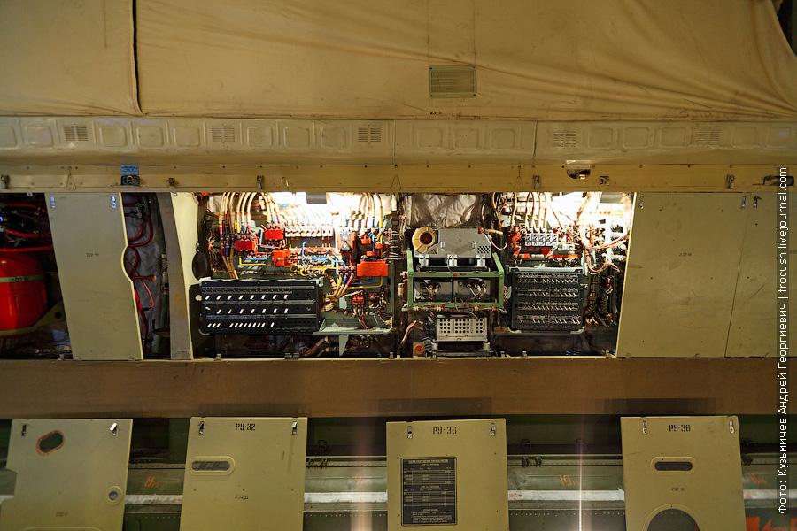 На стенах грузового отсека под декоративными панелями скрываются разные устройства
