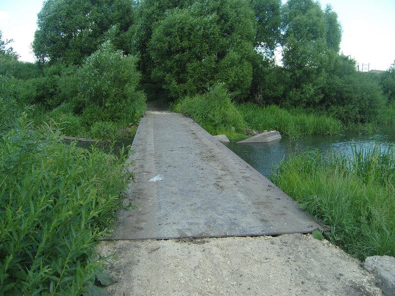 экстремальный авто-мост через Красивую Мечу. А для нас - удобный залаз в воду