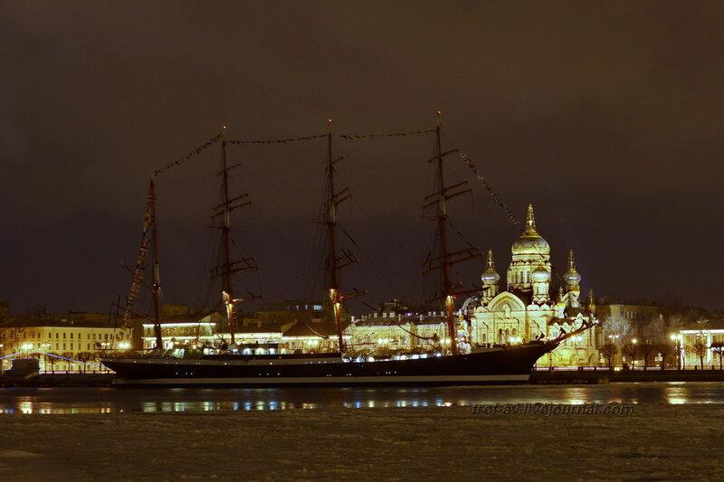 Барк Седов на зимней стоянке и церковь Пресвятой Богородицы зимней ночью, Санкт-Петербург