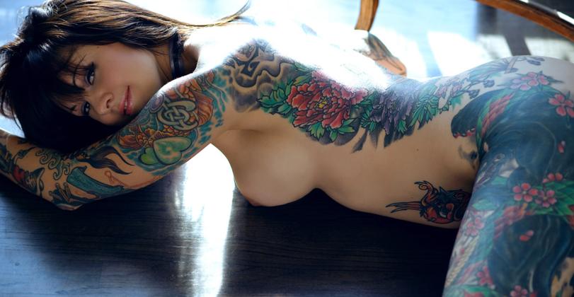 фото голых девушек с татуировками