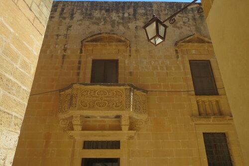 Массивное здание с балконом