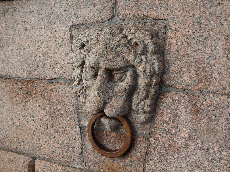 Гранитный лев с причальным кольцом в стенке стрелки Васильевского острова Img_7989