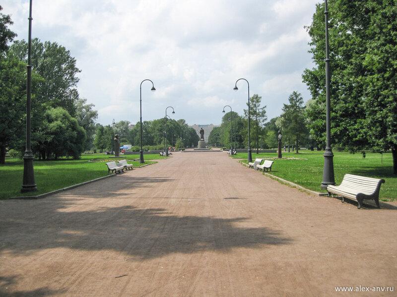 Московский парк Победы. Дальше ещё два бюста и центральная точка парка - памятник Г.К.Жукову.