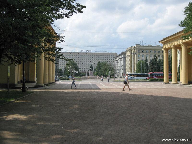 Московский парк Победы. Напротив главного входа расположена гостиница Россия, и памятник Н.Г.Чернышевскому на одноимённой площади перед ней.