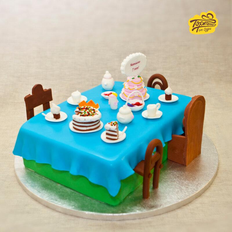 праздничный торт на столе фото